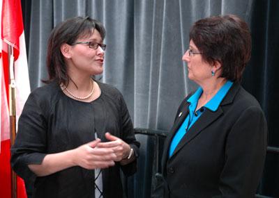 L'honorable Leona Aglukkaq, ministre de la Santé, Canada et Joyce Gordon, Président et chef de la direction de la Société Parkinson Canada