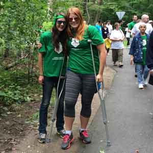 Amanda Mulder, à droite, avec son amie Nicole, se fait photographier lors de la Grande Randonnée Parkinson de 2014 à London, Ontario. Amanda a pris part à cet événement pour souligner la mémoire de son grand-père John Steenbergen.